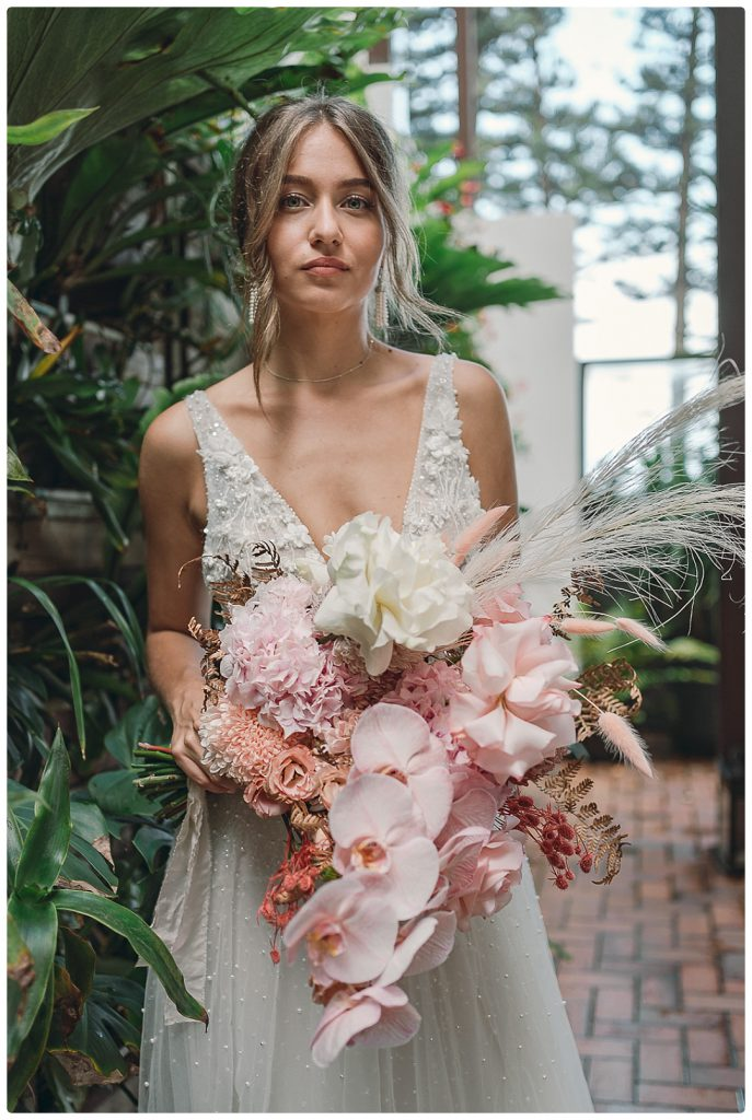 photo-northern-beaches-wedding-bride-with-bouquet