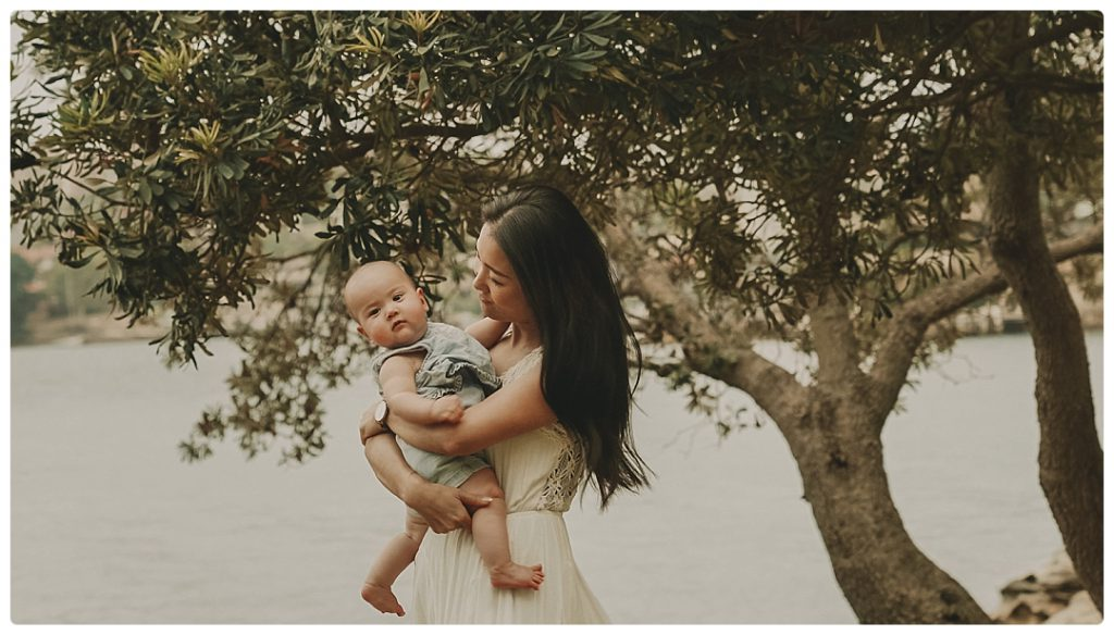 photo-mother-holds-baby-on-photo-session