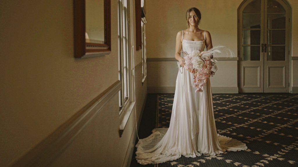 classic-wedding-portrait-of-the-bride-video